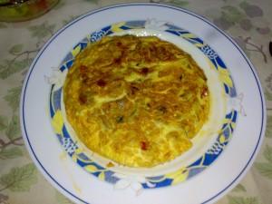 Tortilla de patatas con pimientos rojo y verde