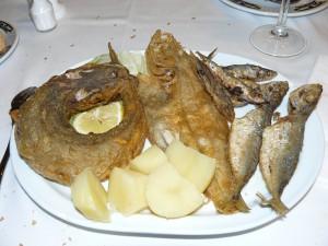 Una sabrosa fritura de pescado, muy rica.