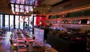 """Vista del buen restaurante  y terraza """"La Cocina de San Antón"""" del mercado."""
