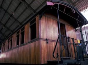 Uno de los hermosos viejos vagones de madera del tren de la fresa.