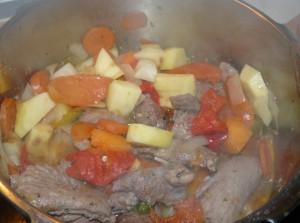 Una vez esta ya un poco hecha la carne incorporamos la cebolla, el ajo y un poco después la verdura