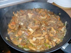 Echamos un vaso de agua y un poco de sal y tras añadir las patatas dejamos que se vayan cocinando los níscalos