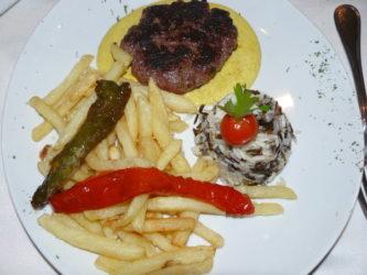 En la Bodeguita del Pardo podemos probar la hamburguesa de bisonte.