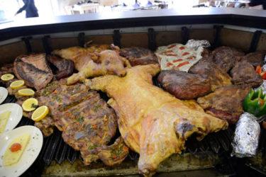 Es un sitio para comer o cenar y mucho... y es que ofrecen en The Knife un buffet libre de diferentes especialidades argentinas a un precio cerrado