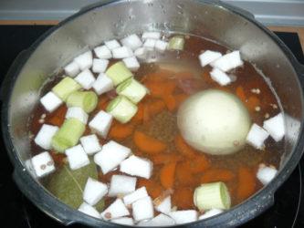vamos a ir añadiendo las verduras que previamente hemos cortado a nuestro gusto.